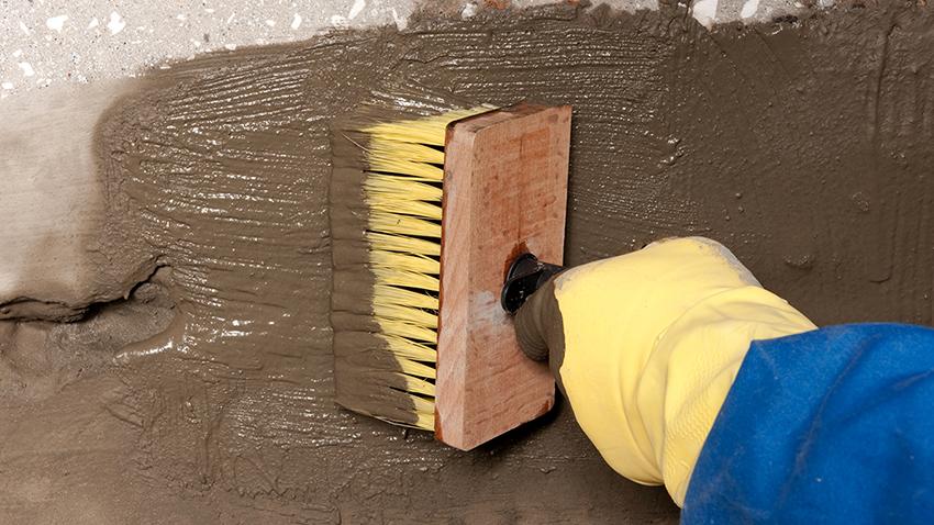 Сначала колодец покрывают чистым жидкий стеклом, а после высыхания наносят бетонный раствор