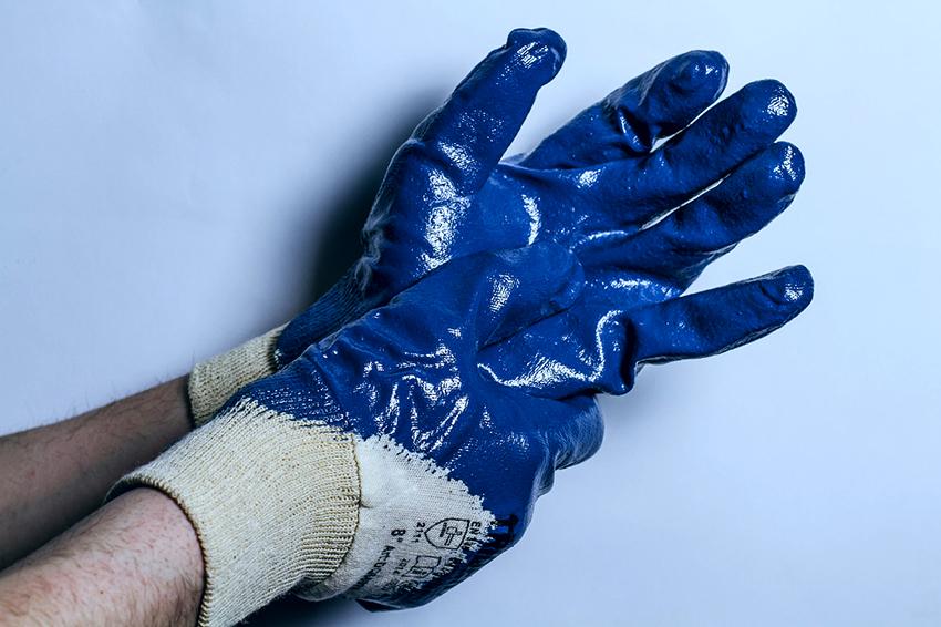 Наносить жидкое стекло необходимо в перчатках и закрытой одежде, чтобы вещество не попало на кожу