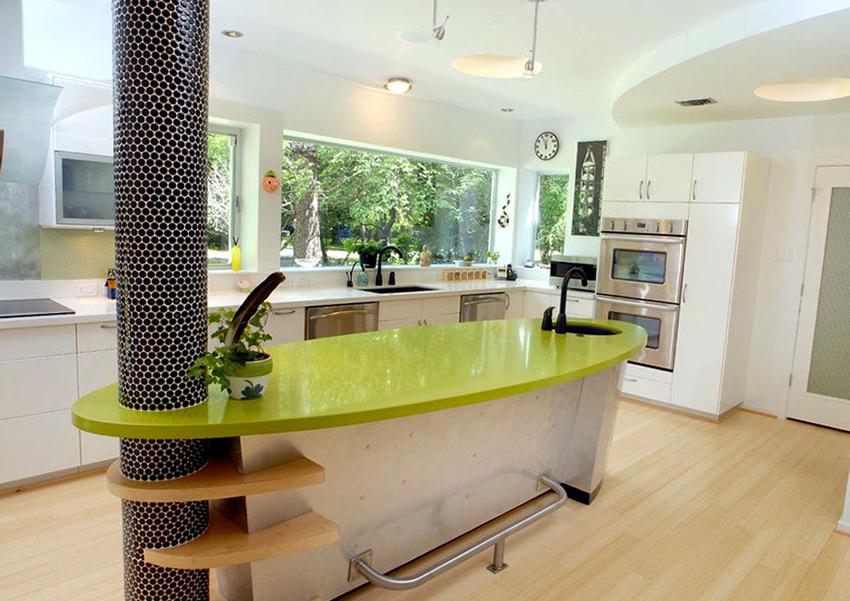 Для большой и просторной кухни идеально подойдет отдельно стоящий стол