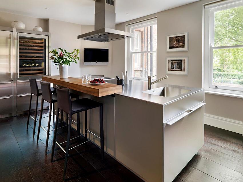 Столы барного типа – универсальны, они подходят для больших и маленьких кухонь
