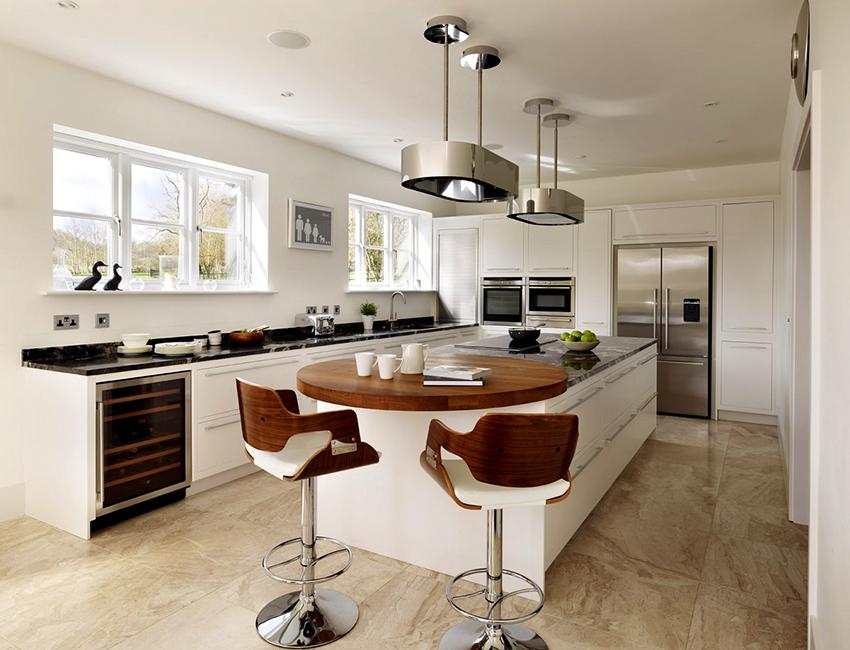 Для кухни в современном стиле можно приобрести круглый барный стол с деревянной столешницей