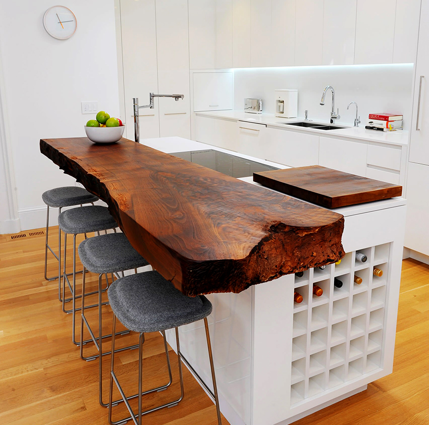 Стойка из дерева станет украшением любой кухни, но требует бережного отношения