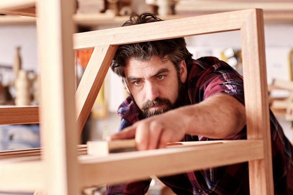 Для изготовления барного стула своими руками подойдет древесина березы или сосны
