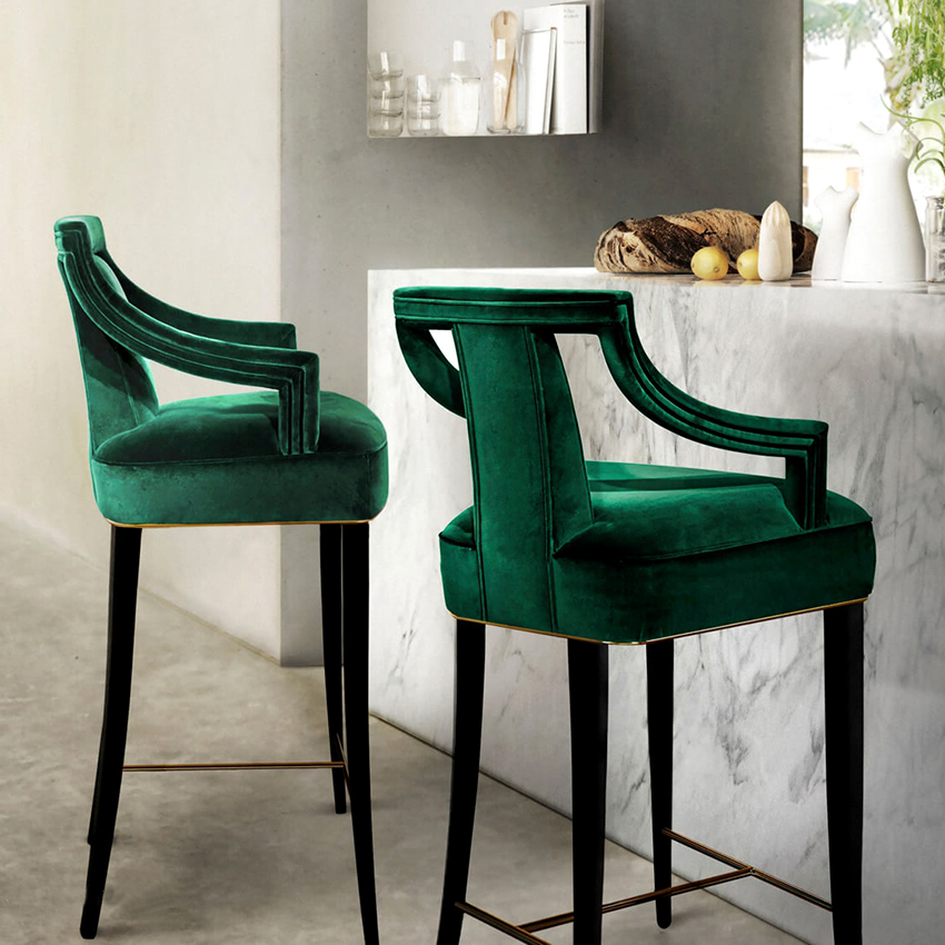Для декора стула можно использовать тканевые чехлы или сделать красивую обивку