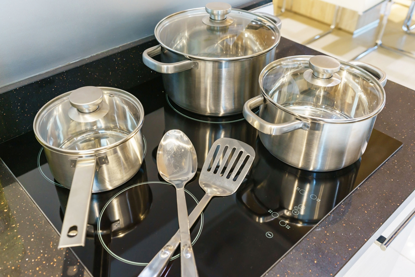 Для индукционной варочной поверхности требуется специальная посуда с дном из ферромагнитного материала