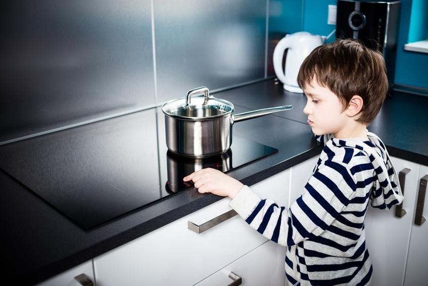 Индукционная плита начинает работать, только если на конфорку поставили посуду