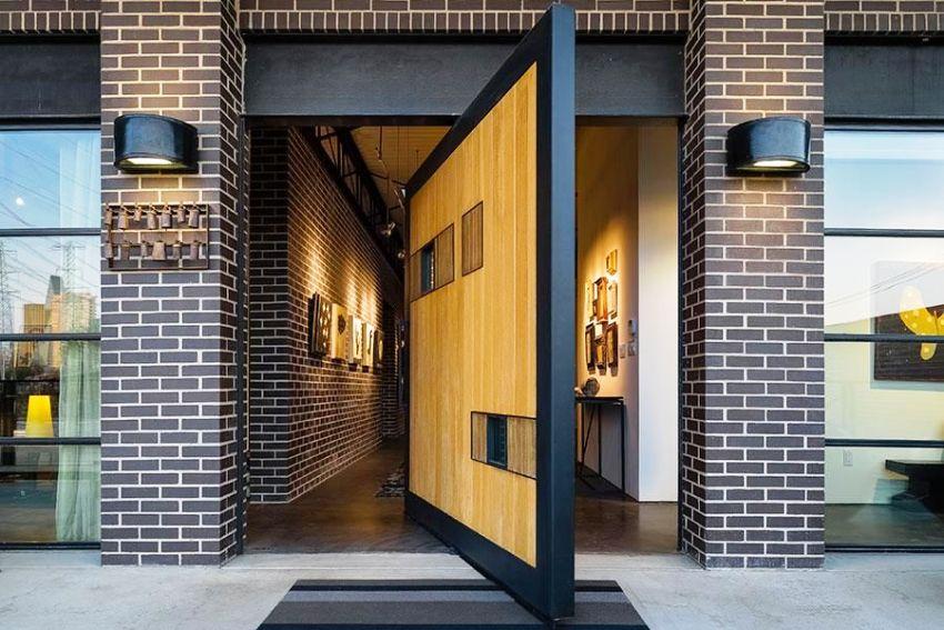 """Характерными признаками стиля """"лофт"""" является отделка стен кирпичем или бетоном и большие панорамные окна"""