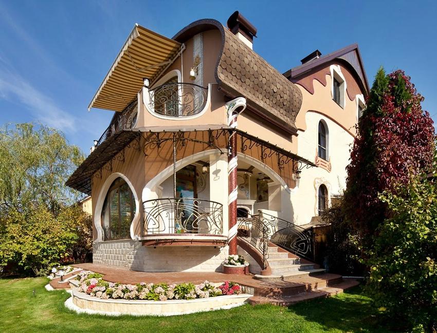 Окна и лестницы домов в стиле московского модерна украшают с помощью кованных металлических решеток, напоминающих ветки растений