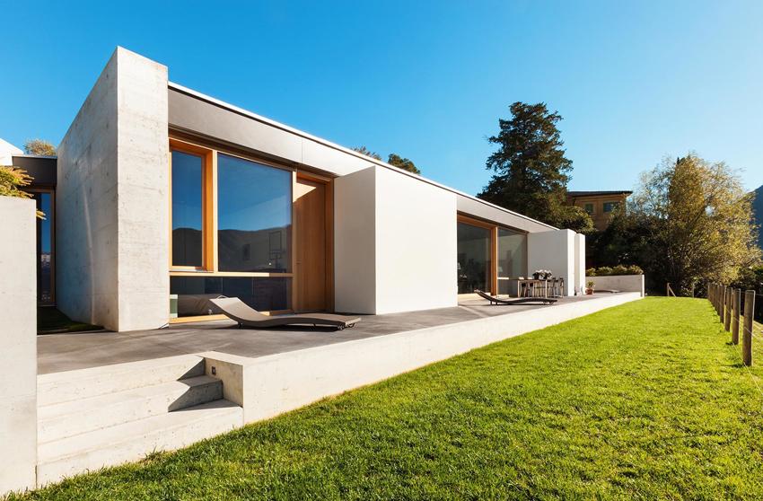 Дома в стиле модерн обычно имеют панорамные окна, напоминающие витрины магазинов и торговых центров