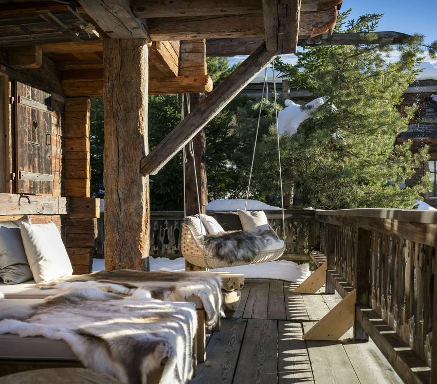 Домик в стиле шале обычно имеет просторную террасу, которая дает прекрасный обзор прилегающей территории