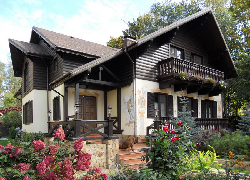 Массивные резные балкончики и террасы - особенность домов в стиле шале