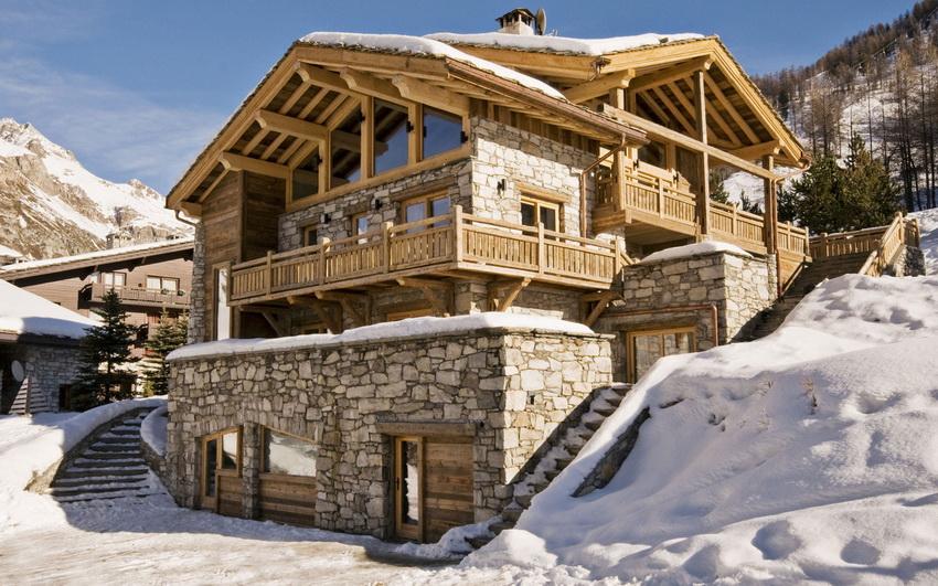 Поскольку стиль шале зародился в предгорьях Альп, расположение дома на неровной местности - довольно распространенный вариант