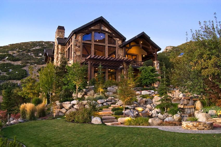 Сочетание камней и вечнозеленых растений может украшать участок как летом, так и зимой
