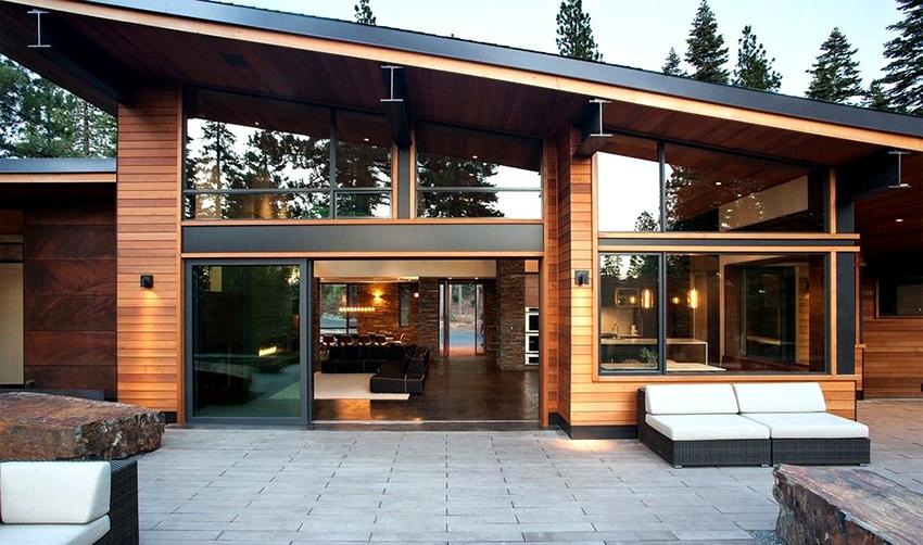 В современных домах из клееного бруса преимущественно применяется панорамное остекление