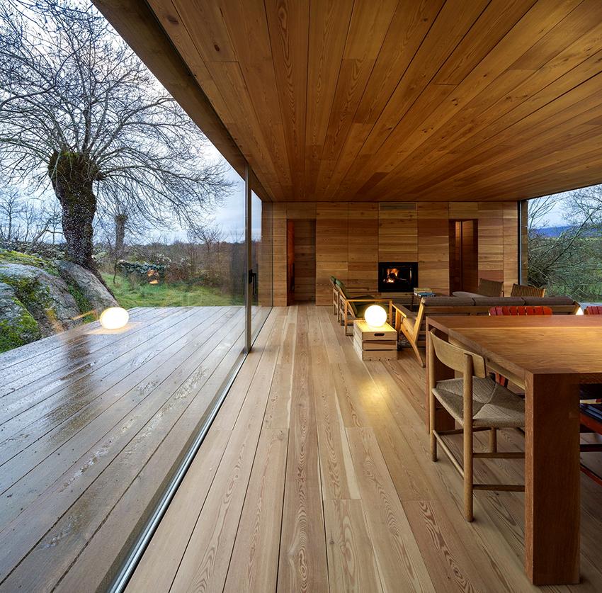 Создавая дизайн в доме из бруса желательно использовать натуральные элементы интерьера