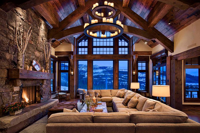 Интерьер дома в стиле фахверк подразумевает обязательное наличие камина