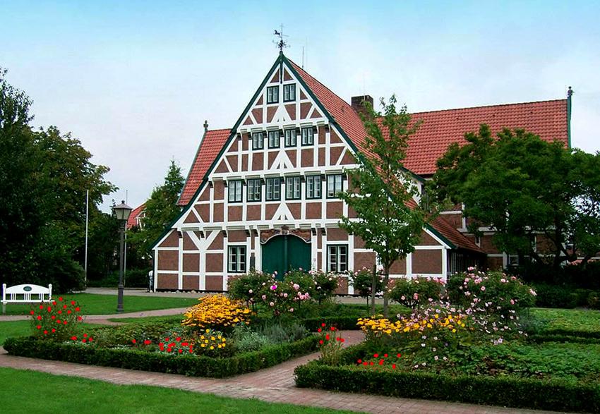 Балки здания можно окрасить в любой цвет – яркий или просто контрастный по отношению к фасаду