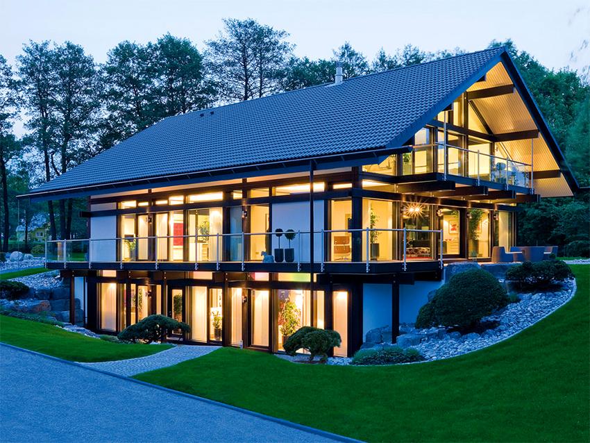 На данный момент необычайно популярны фахверковые дома с панорамными окнами