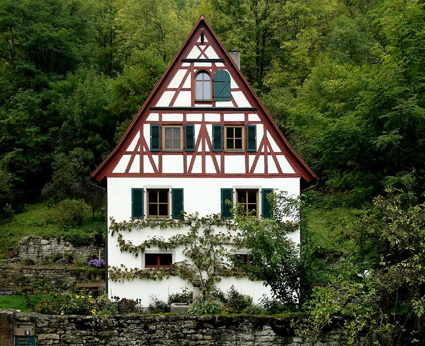 Облицовку дома можно делать посте установки всех дверей и окон