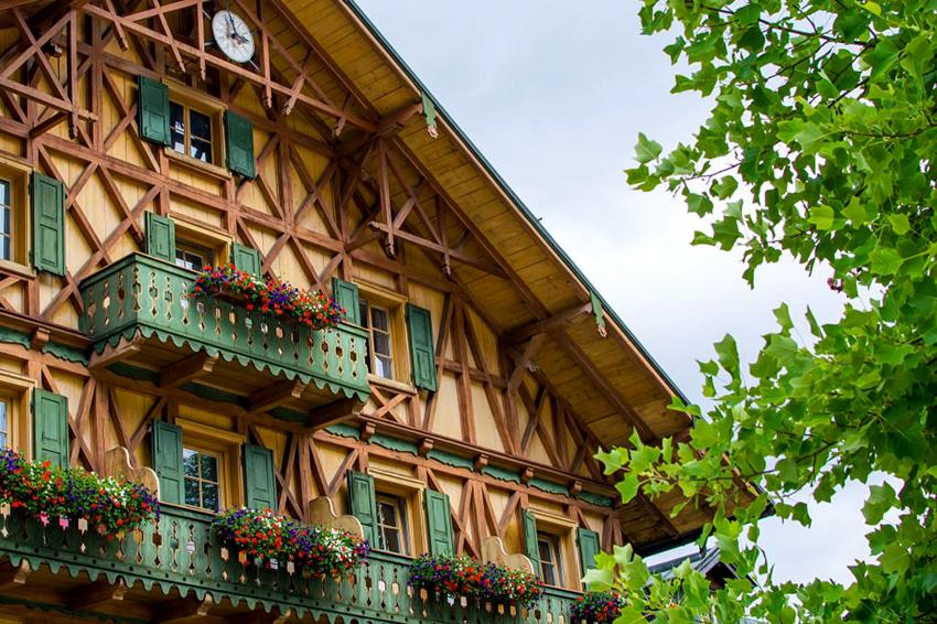 С помощью балок и стропил образуются разнообразные формы на фасаде здания