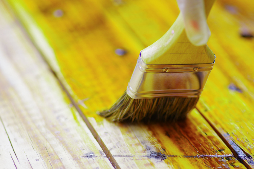 Последним этапом изготовления кровати из дерева является покрытие поверхности лаком