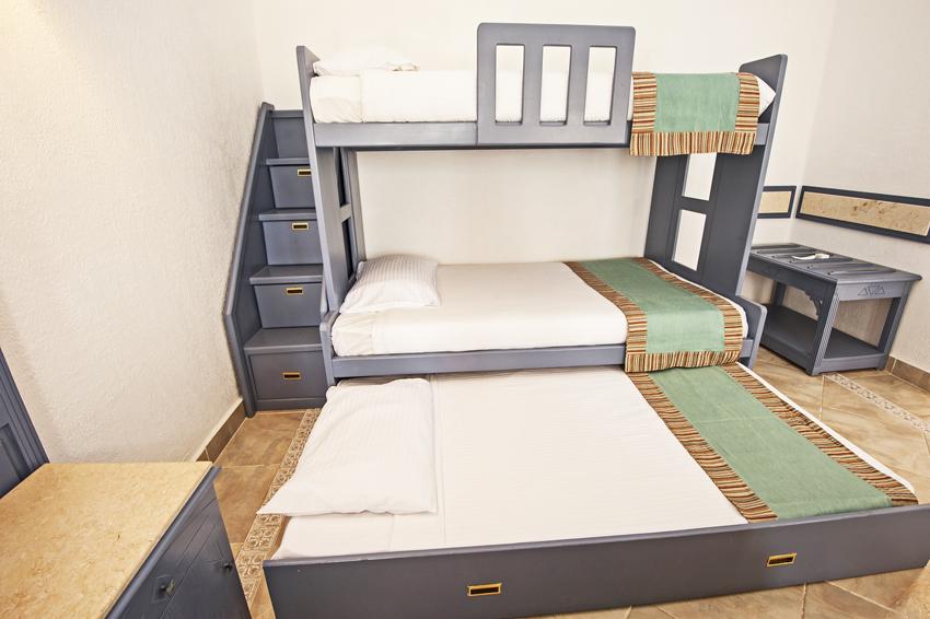 Двухъярусная кровать с выдвижным третьим спальным местом поможет существенно сэкономить пространство