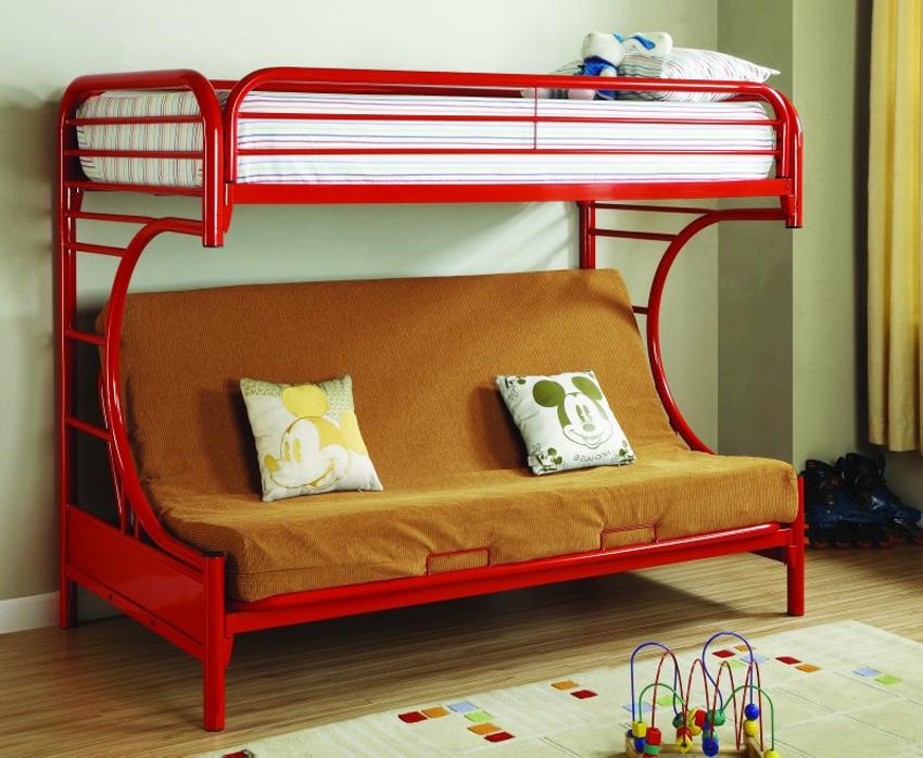 Нижний ярус двухъярусной кровати можно переоборудовать в диван