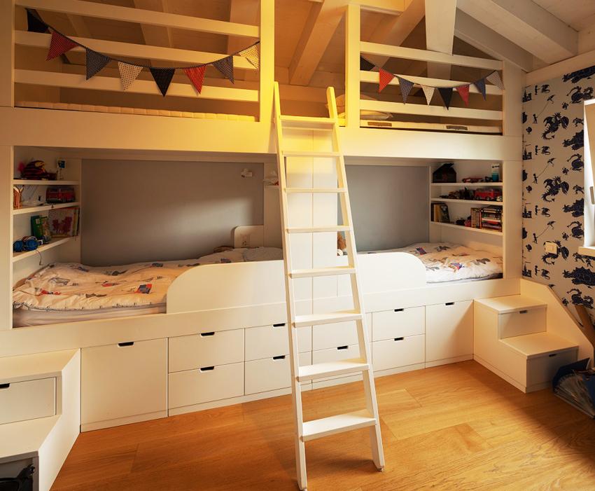 Для многодетных семей можно изготовить двухъярусную кровать с четырьмя спальными местами