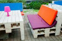 Для более эстетичного вида мебель из паллет можно окрасить и декорировать