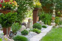 При желании из камней и гальки можно создавать целые композиции на участке