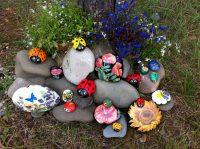 Клумбы в сочетании с камнями очень эффектно смотрятся в саду