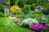 Для создания красивой садовой клумбы необходимо располагать цветы по схемам и времени цветения