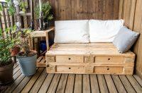 В силу своей конструкции поддоны прекрасно подходят для создания садовой мебели своими руками