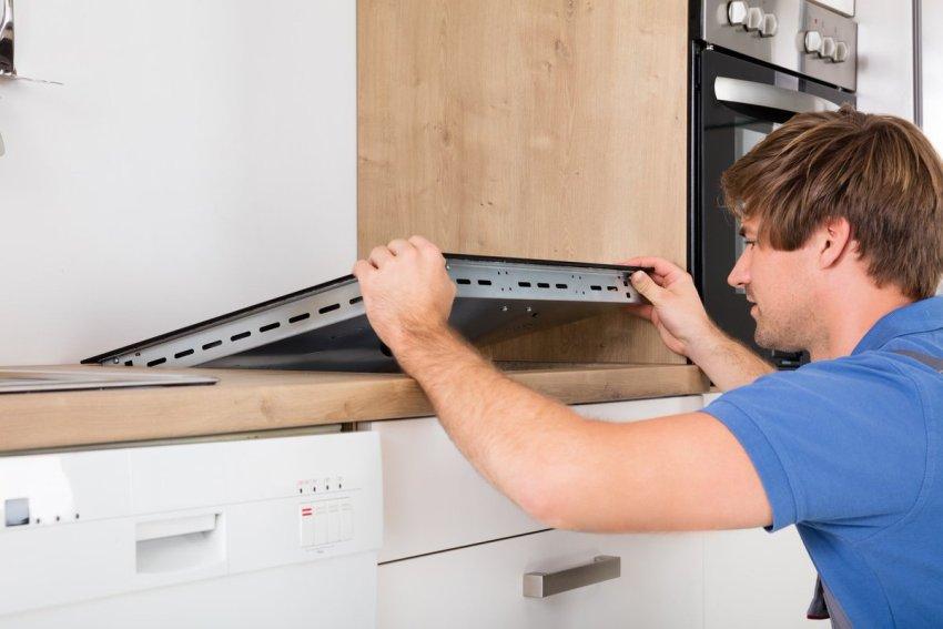 Для установки плиты в столешнице выполняется посадочное место, размер которого соответствует габаритам поверхности прибора