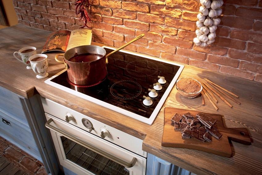 Важным достоинств индукционной плиты является высокая скорость приготовления еды, что осуществляется благодаря нагреванию дна посуды, а не варочной поверхности