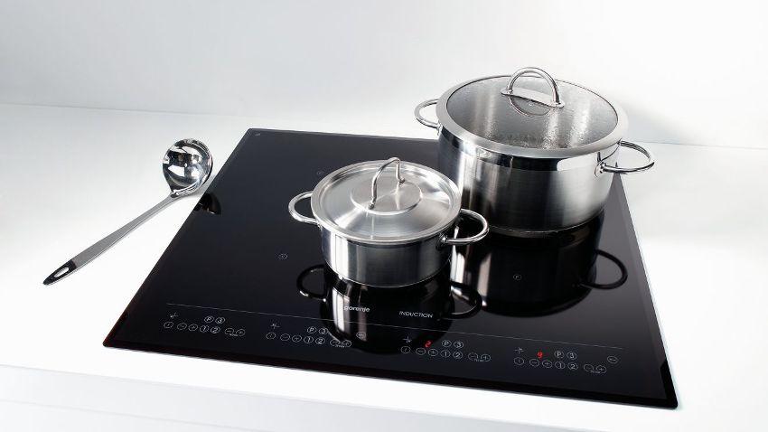 Индукционная плита автоматически определяет диаметр дна посуды, подстраиваясь под нее