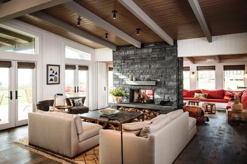 Оформляя интерьер дома в деревенском стиле, предпочтение отдают только натуральной и экологически чистой отделке