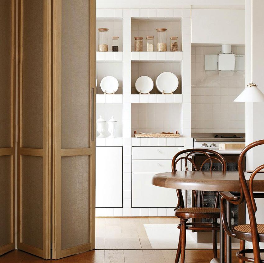 Лучше устанавливать дверь, которая будет сочетаться с полом и мебелью в помещении