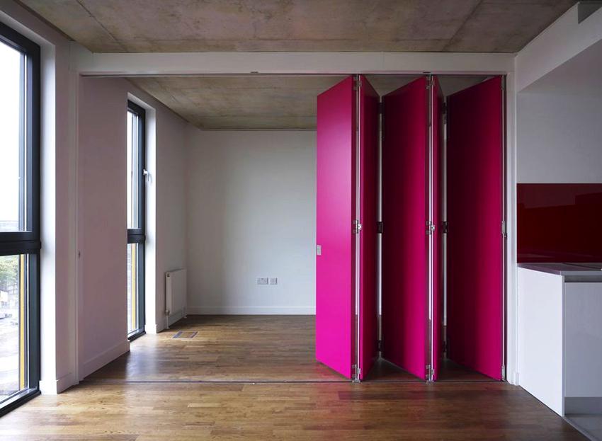 В первую очередь цвет двери должен сочетаться с общим интерьером комнаты