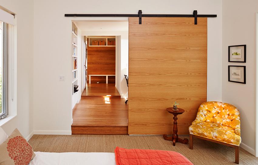 По типу полотна двери могут быть глухие, царговые, филенчатые, щитовые или со вставками