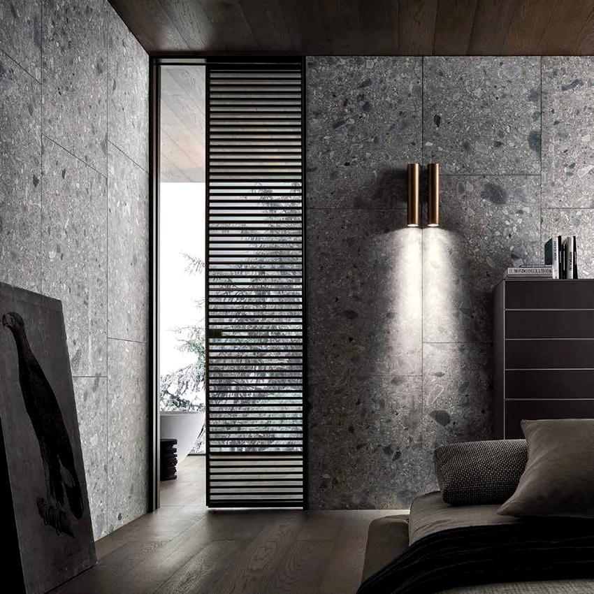 Дверные конструкции из стекла и алюминия отличаются практичностью и презентабельным видом