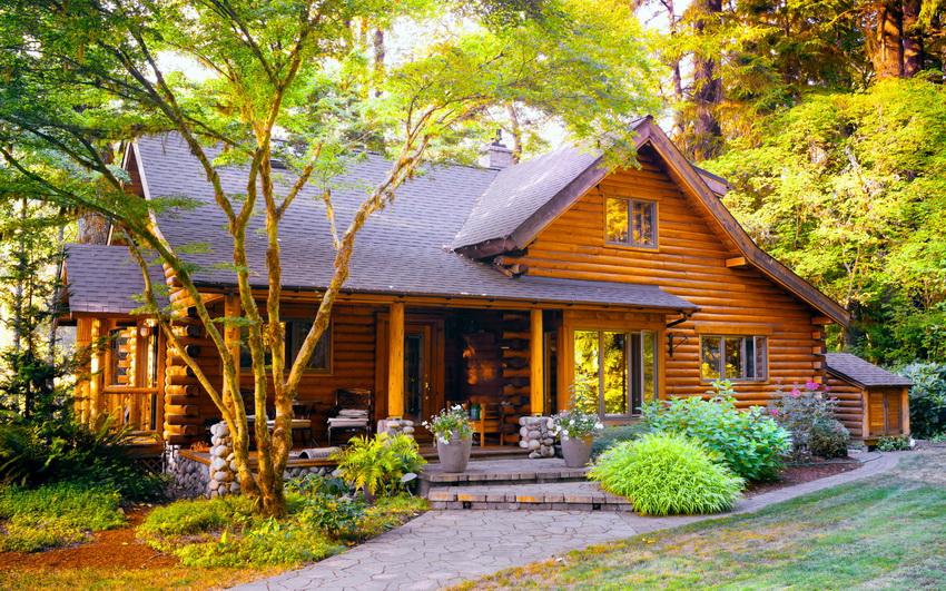 Коттеджи из дерева популярны из-за своего удобства и относительной доступности материала