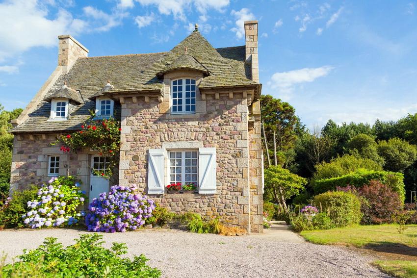 Коттеджи из камня являются основательными постройками и выглядят очень эстетично