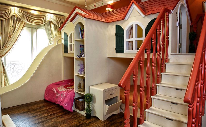 Замок для игр со спальным местом внизу – вариант для настоящей маленькой принцессы