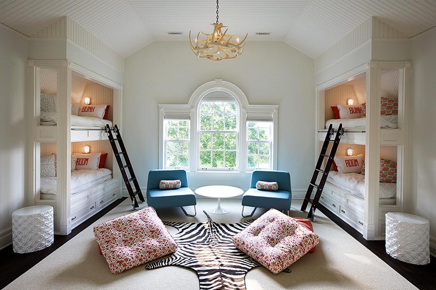 Если в спальне проживает не одна девочка, то можно приобрести двухъярусную кровать