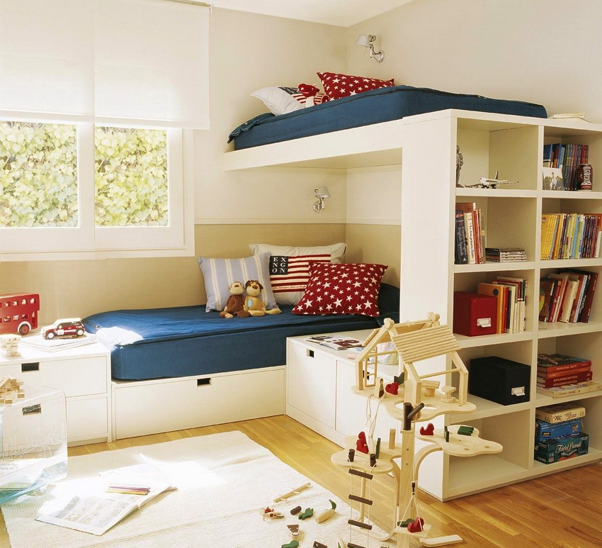 Часто конструкцию кровати комплектуют дополнительными полочками и ящиками для хранения вещей