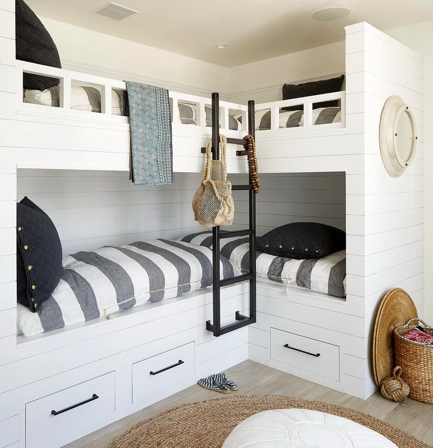 Угловой вариант размещения двухъярусной кровати позволяет максимально оптимизировать пространство комнаты