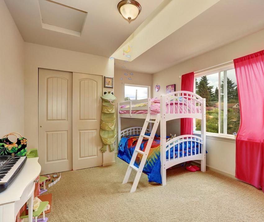Двухъярусные кровати используются не только в малогабаритных спальнях, часто их устанавливают и в довольно просторных комнатах