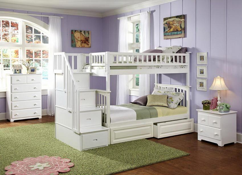 Как правило, ребенок старшего возраста спит наверху, а младшего - внизу