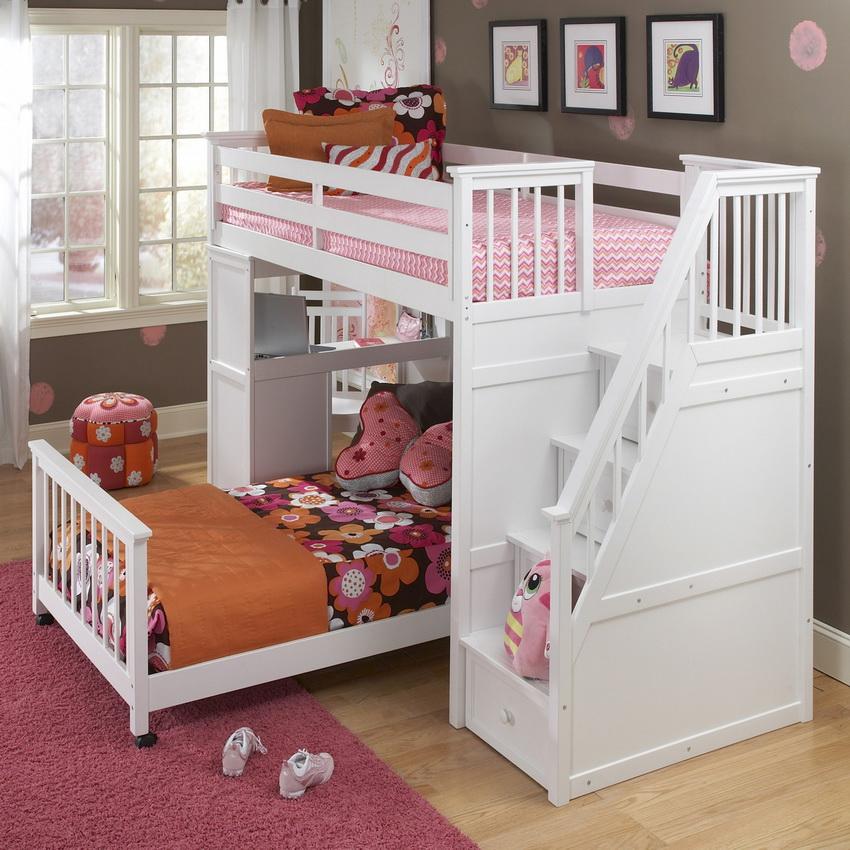 Модели кроватей с перпендикулярным размещением подходят для маленьких спален - их можно установить как посередине комнаты, так и в углу